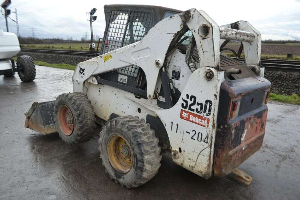 BOBCAT S250 skid steer for sale by auction - Photo 2