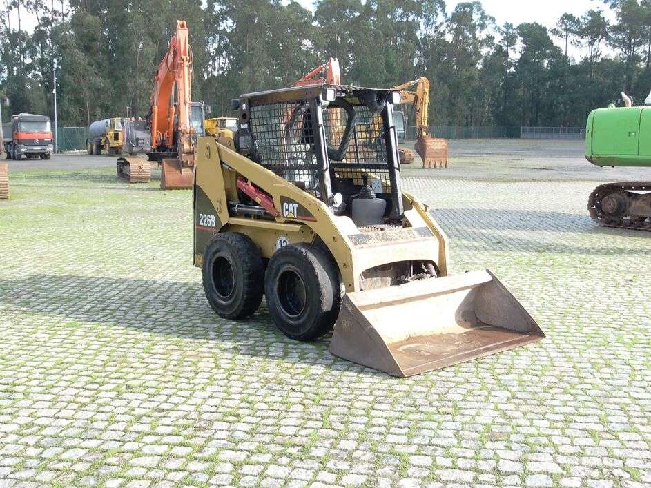 CATERPILLAR 226B skid steer - Photo 2